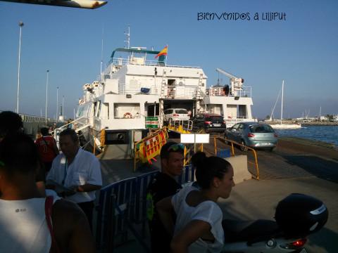 Coches entrando en el ferry destino Ibiza