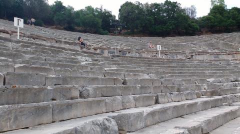Teatro de Eîdauro, Peloponeso, Grecia con niños