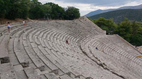 Visitando el Teatro de Epidauro, Peloponeso, Grecia con niños