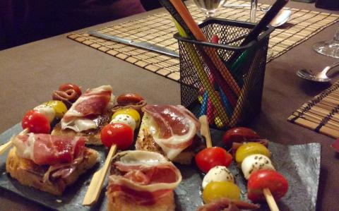 Entrantes con lápices de colores. Restaurante Font del Ferro. Muntanyes de prades con niños