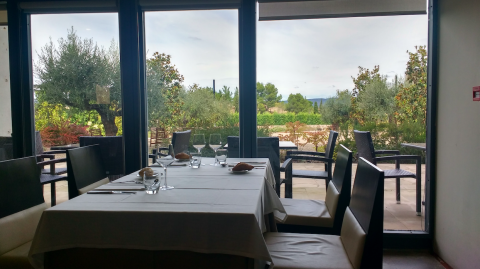 Vistas al jardín del Restaurante Bosseria. Monasterio de Poblet. Muntanyes de Prades con niños
