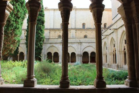 Columnas Claustro Monasterio de Poblet con niños