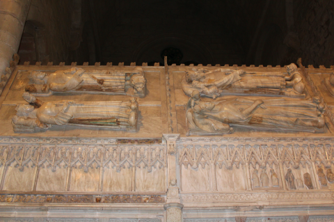 Sepulcros Monasterio de Poblet con niños